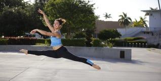 Kvinnabanhoppning i midair arkivfoto