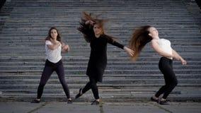 Kvinnabanhoppning under dans lager videofilmer