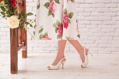 Kvinnaben med steg blommor Sund kvinnlig fot i skor på häl Royaltyfri Foto