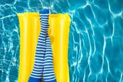 kvinnaben nära simbassängen royaltyfria foton