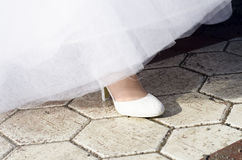 Kvinnaben och skor på vägen arkivfoto
