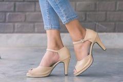 Kvinnaben som bär skor för hög häl för mode royaltyfria bilder