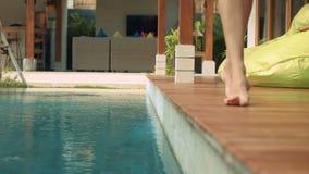 Kvinnaben som går nära simbassäng stock video