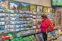 Kvinnabesöksouvenir shoppar av den Grossglockner Pasterze glaciären i Österrike Royaltyfria Foton