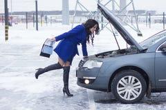 Kvinnablick på det bilmotorn och innehavet en manuell bil Arkivbilder