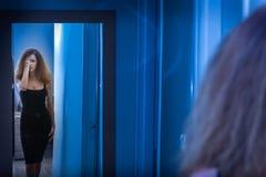 Kvinnablick på henne i spegeln royaltyfri bild