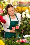 Kvinnablomsterhandlaren som förbereder bukettblommor, shoppar detaljhandel Arkivbild