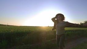 Kvinnabonden kör längs vägen längs fältet Känner en avkänning av frihet från staden och affären Kopplat in in arkivfilmer