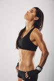 Kvinnaboxare som ser trött, når att ha boxats Royaltyfria Bilder