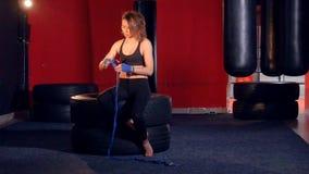 Kvinnaboxare som slår in henne händer lager videofilmer