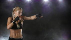 Kvinnaboxaren gör stansa och sparka Nära ultrarapid lager videofilmer
