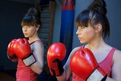 Kvinnaboxning i idrottshall royaltyfria bilder
