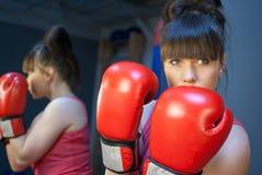 Kvinnaboxning i idrottshall royaltyfri fotografi
