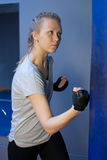 Kvinnaboxning i idrottshall royaltyfria foton
