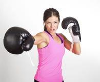 Kvinnaboxning på en idrottshall Arkivbild