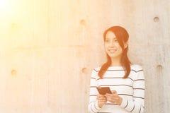 Kvinnabruk av mobilen royaltyfri foto