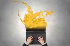 Kvinnabruksbärbar dator Royaltyfri Bild