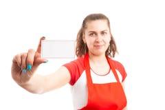 Kvinnabutiksinnehavare eller försäljningsassistent som rymmer det tomma affärskortet arkivfoto
