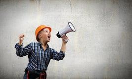 Kvinnabyggmästare med megafonen Fotografering för Bildbyråer