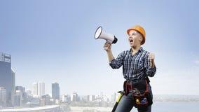 Kvinnabyggmästare med megafonen Royaltyfri Foto