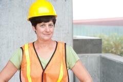 Kvinnabyggnadsarbetare i hård hatt royaltyfri bild