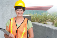 Kvinnabyggnadsarbetare i hård hatt royaltyfri fotografi