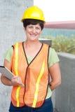 Kvinnabyggnadsarbetare i hård hatt Fotografering för Bildbyråer