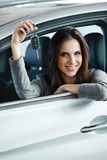 Kvinnachaufför Holding Car Keys som placerar i hennes nya bil royaltyfri foto