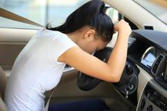 Kvinnachaufför som är ledsen i bil arkivfoto