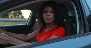 Kvinnachaufför som sitter, i bilsalong och startkörning stock video