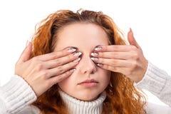 Kvinnacovering henne ögon vid händerna, Arkivbild