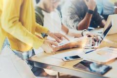 KvinnaCoworker som gör stora affärsbeslut Ungt marknadsföra Team Discussion Corporate Work Concept kontor start Arkivbild