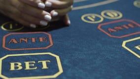 Kvinnacroupier som hasar kort, innan att spela upp pokerslut Kasino?terf?rs?ljare lager videofilmer