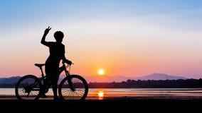 Kvinnacykel på den rena stranden Arkivfoto