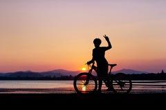 Kvinnacykel på den rena stranden Fotografering för Bildbyråer