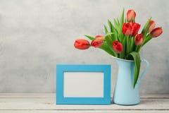 Kvinnadagbegrepp, 8th av mars med tulpanblommor och fotoram Arkivbild