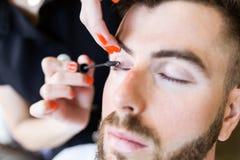 Kvinnadanandeskönhet och sminkbehandling i en salong Royaltyfria Bilder