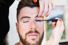 Kvinnadanandeskönhet och sminkbehandling i en salong Royaltyfri Fotografi