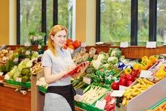 Kvinnadanandeutbildning för återförsäljnings- affärsbiträde arkivbilder