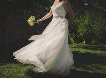 Kvinnadans i en trädgård Royaltyfri Foto