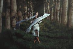 Kvinnadans i eterisk skog fotografering för bildbyråer