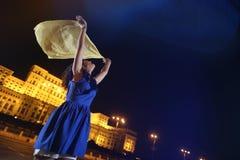 Kvinnadans i nattstadssikten Royaltyfri Foto
