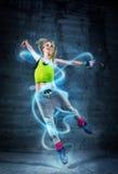 Kvinnadans i stads- miljö royaltyfria foton