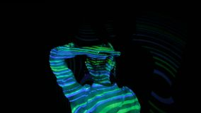 Kvinnadans på den immersive utställningen arkivfilmer