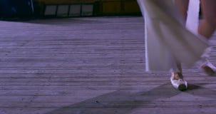 Kvinnadansare på vitt flyg- silke, flyg- förvridning Fullföljandeövning Gå bort stock video