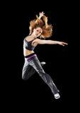 Kvinnadansare som dansar den moderna dansen, hopp på en svart Arkivfoton