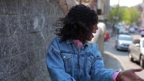 Kvinnadansen i en stad har gyckel stock video