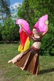 Kvinnadanser med pink skyler ventilatorer Royaltyfri Bild