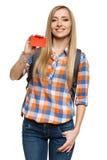 Kvinnadeltagareanseende med ryggsäckvisningkreditkorten royaltyfria bilder