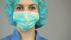 Kvinnadoktor i blåttlikformig för skyddande maskering, första medicinska hjälpmedel, ockupation arkivfoto